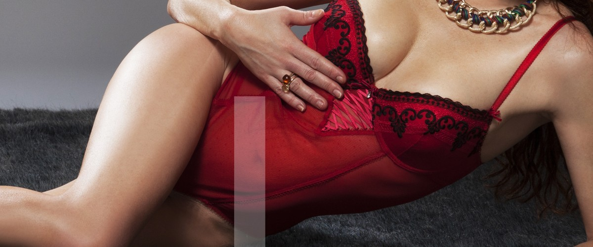 Leonor escort de lujo en Madrid con body granate muy sexy.